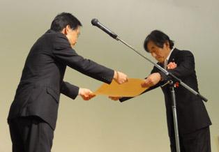 住宅局長表彰を授与される三栖会長(右)